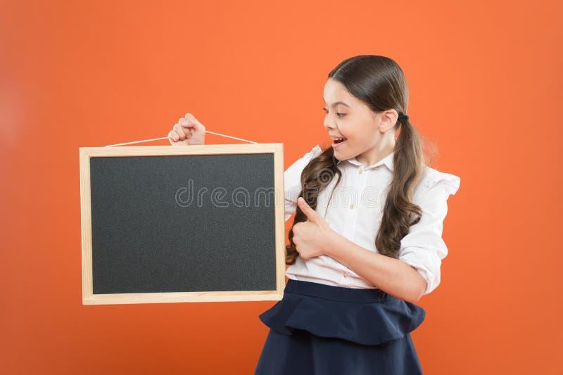 Informação da programação da escola Espaço bonito da cópia do quadro-negro da posse do aluno da menina da escola Conceito do an?n fotografia de stock