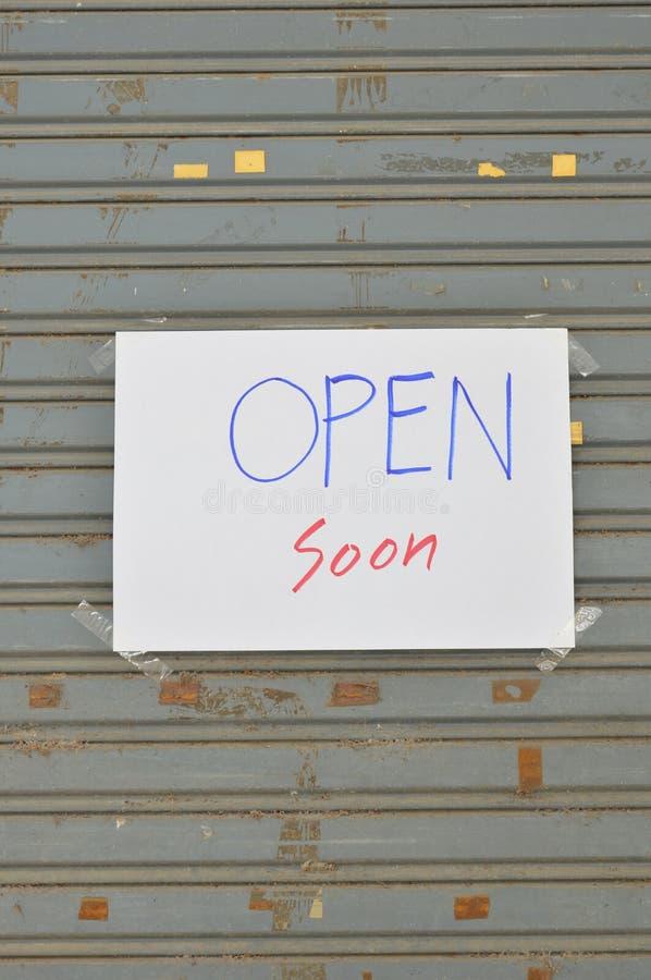 Informação de papel na porta da grelha do ferro fotografia de stock