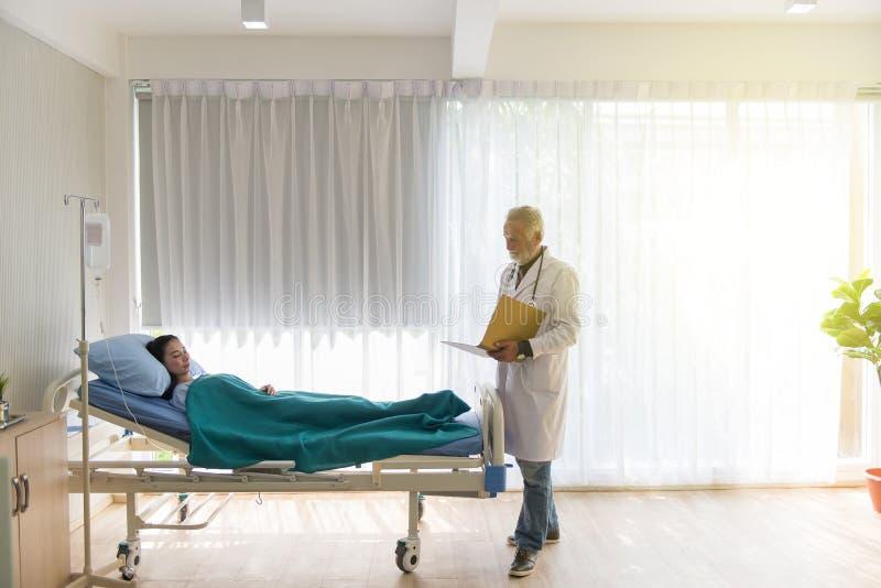 A informação de perfil paciente de leitura do doutor masculino superior com tratamento do resultado e do método da continuação no imagens de stock