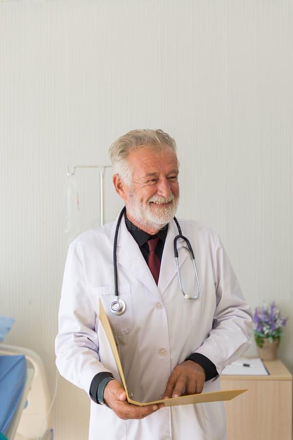 Informa??o de perfil paciente de leitura do doutor superior com tratamento do resultado e do m?todo da continua??o no hospital imagem de stock