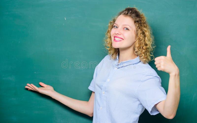 Informa??o ?til estudante feliz no quadro-negro vida da universidade ou da faculdade De volta ? escola a mulher gosta de estudar  fotografia de stock