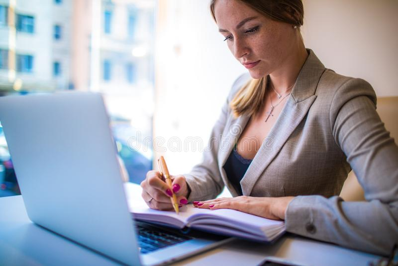 Información de lectura de comercialización seria del coordinador de la mujer de la libreta durante webinar fotografía de archivo libre de regalías