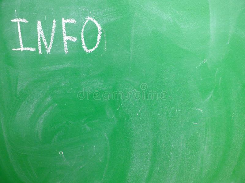 INFORMACIÓN escrita en un verde, pizarra relativamente sucia de la abreviatura por la tiza Localizado en la esquina superior izqu fotos de archivo