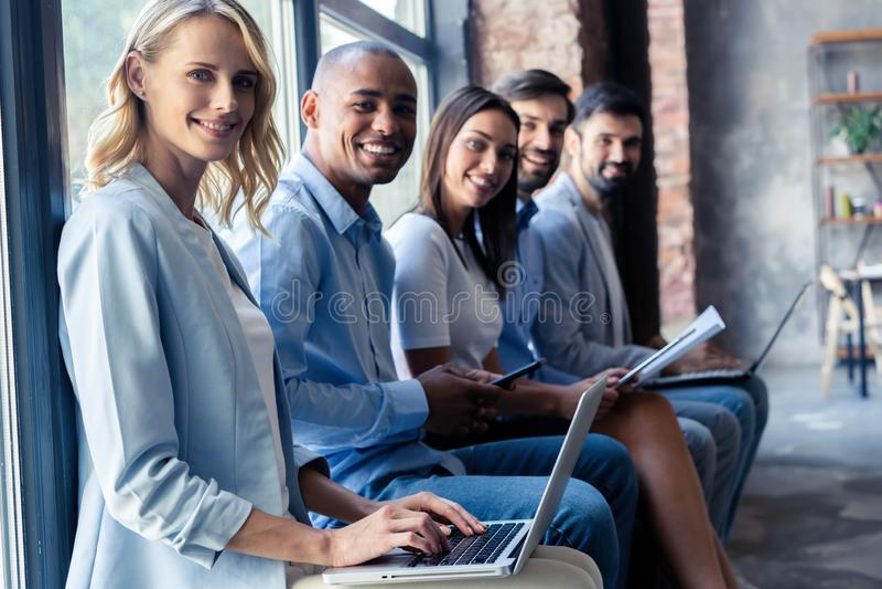Información realmente buena Grupo de gente joven que se sienta en conferencia junto y la sonrisa imágenes de archivo libres de regalías