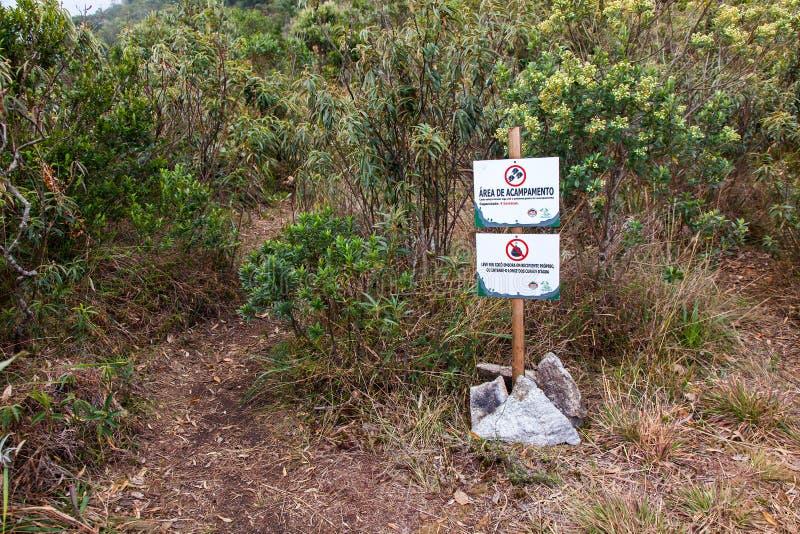 Informacja deskowy wskazujący campingowy teren w Serra Fina trawersowaniu w Mantiqueira pasmie obrazy stock