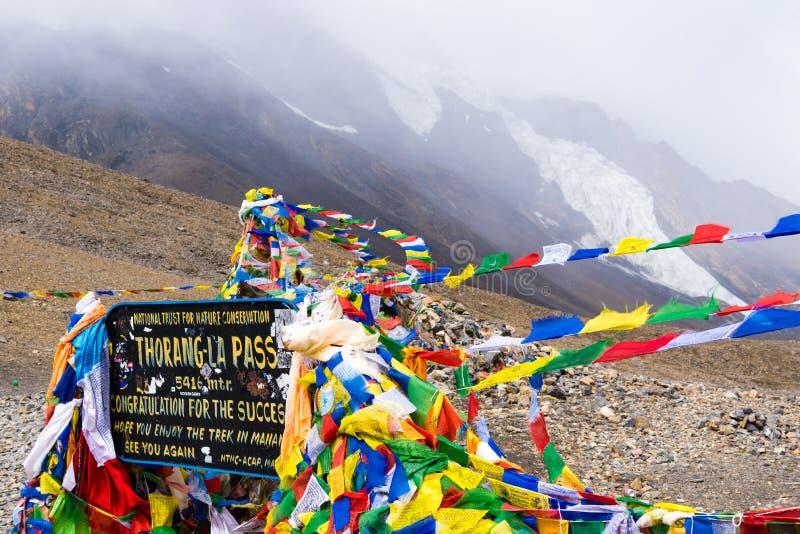 Informacja znak i modlitewne flagi na losie angeles przechodzimy, Annapurna konserwacji teren, Nepal zdjęcia royalty free