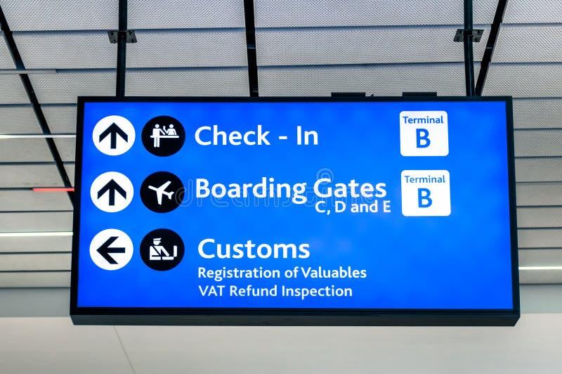 Informacja znak przy lotniskiem międzynarodowym - kierunki dla odprawy i bram obraz royalty free