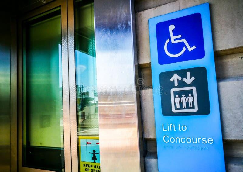 Informacja znak przy winda dla niepełnosprawnego lub dźwignięciem ludzie concourse stacja kolejowa lub zdjęcia royalty free