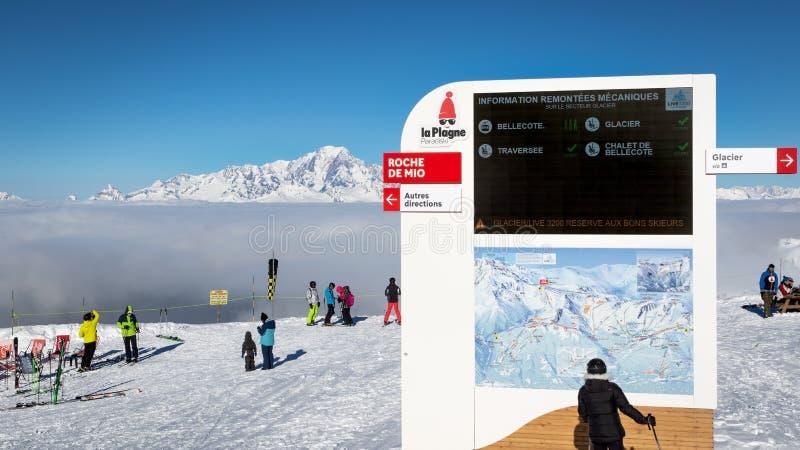 Informacji deskowa i narciarska skłon mapa przy Roche De Mio narty stacją, wysokość 2 700m Ludzie podziwia widok halny Mont Blanc zdjęcie stock