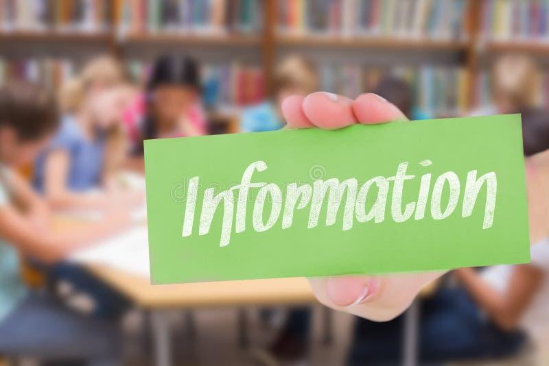 Informatie tegen leuke leerlingen die bij bureau in bibliotheek schrijven stock afbeelding