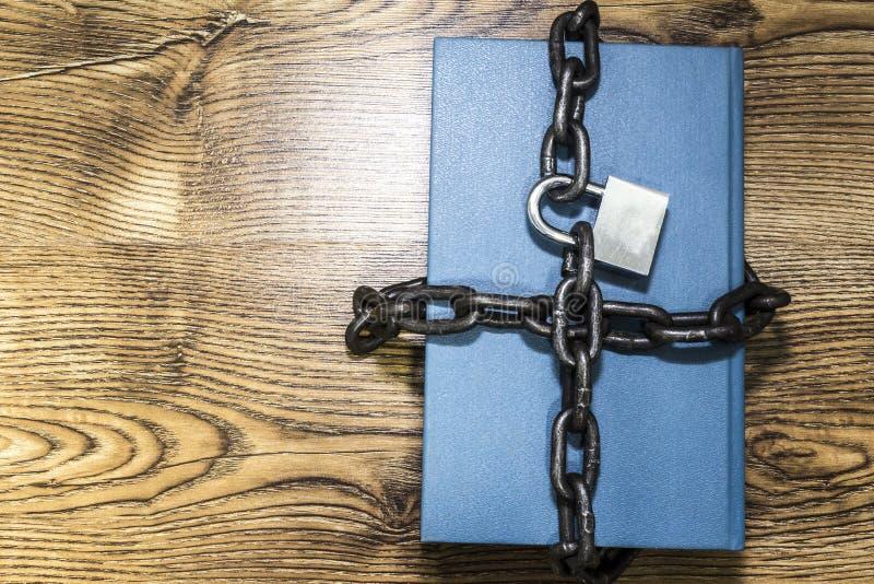 Informatiebeveiligingsconcept, boek met ketting en hangslot royalty-vrije stock fotografie