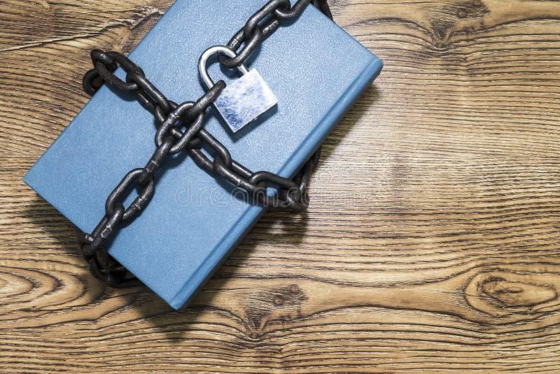 Informatiebeveiligingsconcept, boek met ketting en hangslot stock foto's
