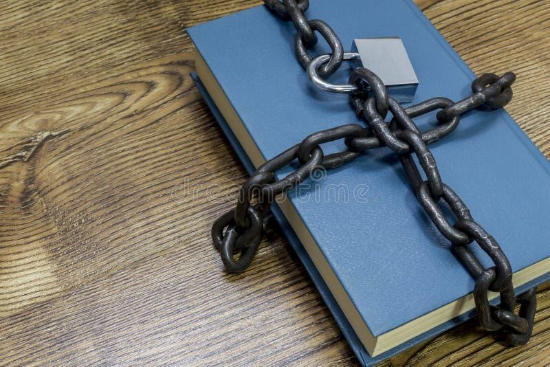 Informatiebeveiligingsconcept, boek met ketting en hangslot stock afbeeldingen