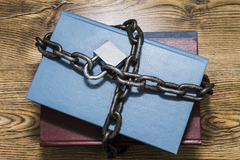 Informatiebeveiligingsconcept, boeken met ketting en hangslot royalty-vrije stock afbeeldingen