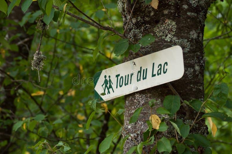 informatiepaneel met Franse teksten: tour du lac, traductiob in het Engels: meerreis royalty-vrije stock foto's