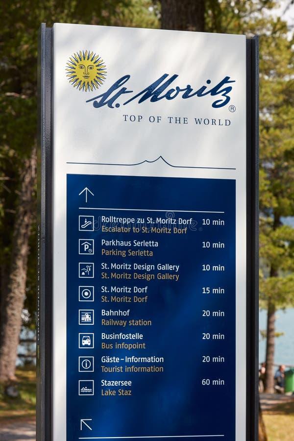 Informatieteken met stadsembleem en toeristische aanwijzingen in een zonnige dag in Sankt Moritz royalty-vrije stock afbeeldingen