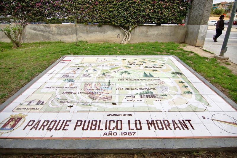 informatieve die affiche op de vloer wordt gevestigd in keramiek bij de ingang van het openbare park wordt gemaakt stock afbeelding