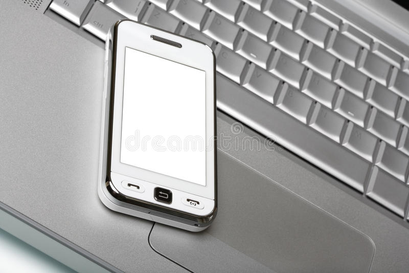 Informatieverspreider met het witte scherm op zilveren laptop. stock fotografie