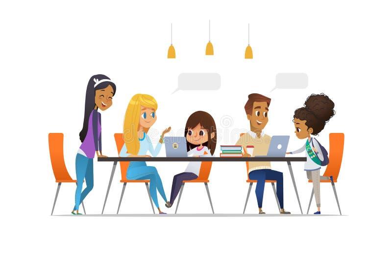 Informatik-Verein Glückliche Kinder und die Studenten, die an den Laptops sitzen, sprechen miteinander und die Programmierung ler lizenzfreie abbildung