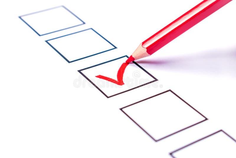 Information och en röd blyertspenna som röstar för kandidat arkivfoton