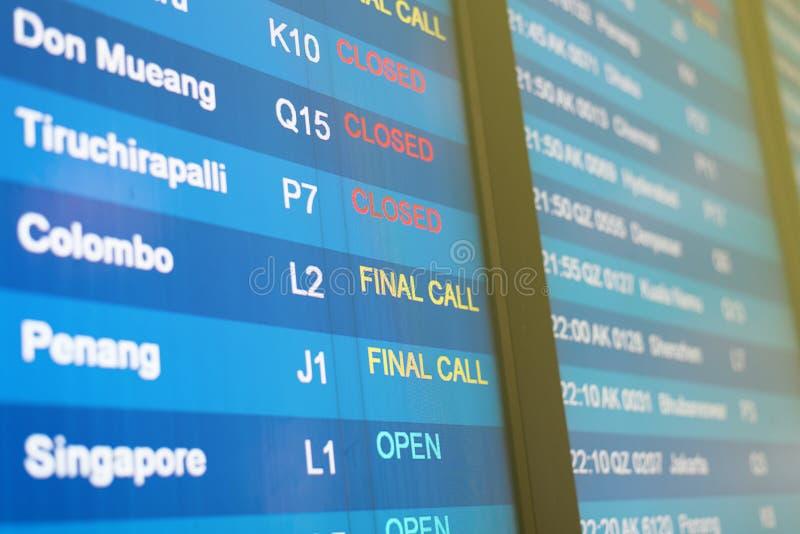 Information om flyg på affischtavlan på flygplatsen royaltyfri foto