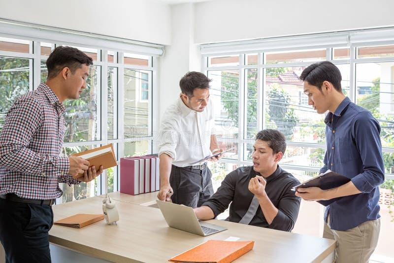 Information om lagaffärsplanläggning på mötet En grupp av affärsfolk att möta på ett skrivbord Affärsmän belastas om arbete arkivbilder