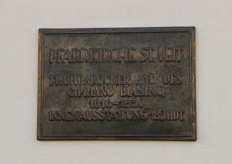 Informational brązowa plakieta na ścianie Farny kościół Świątobliwy Vitus, Krems, Austria zdjęcia royalty free