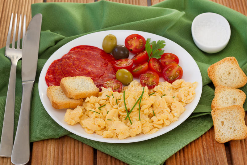 Informationeier mit Tomate und Oliven stockfotografie