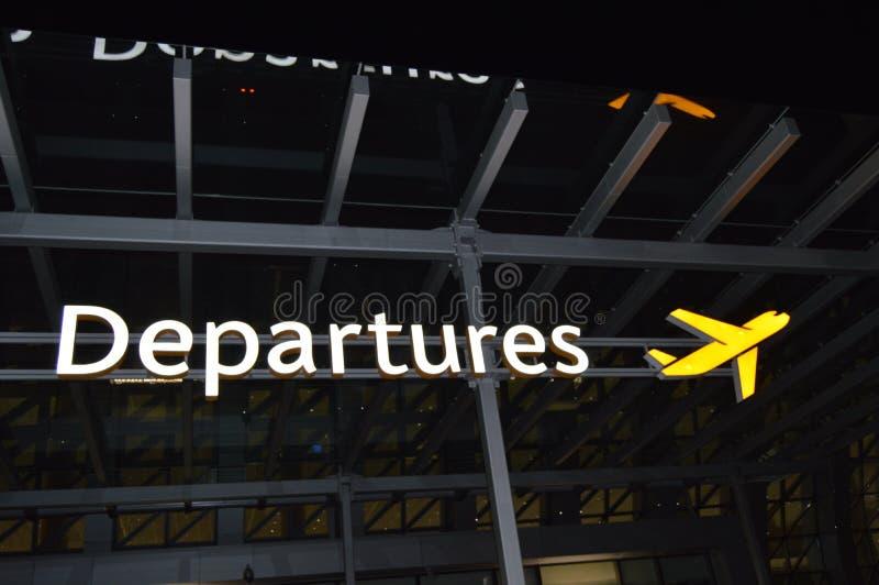 Informationen über die Abfahrtzone, Wegweiser der Flugzeuge am Flughafen nachts, das Konzept der Reise stockbilder