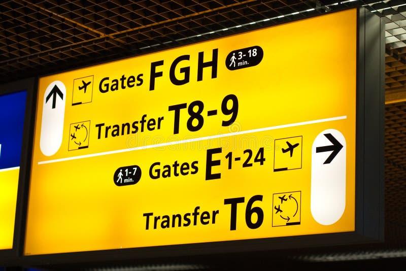 Informationen kennzeichnen innen Flughafen lizenzfreies stockbild