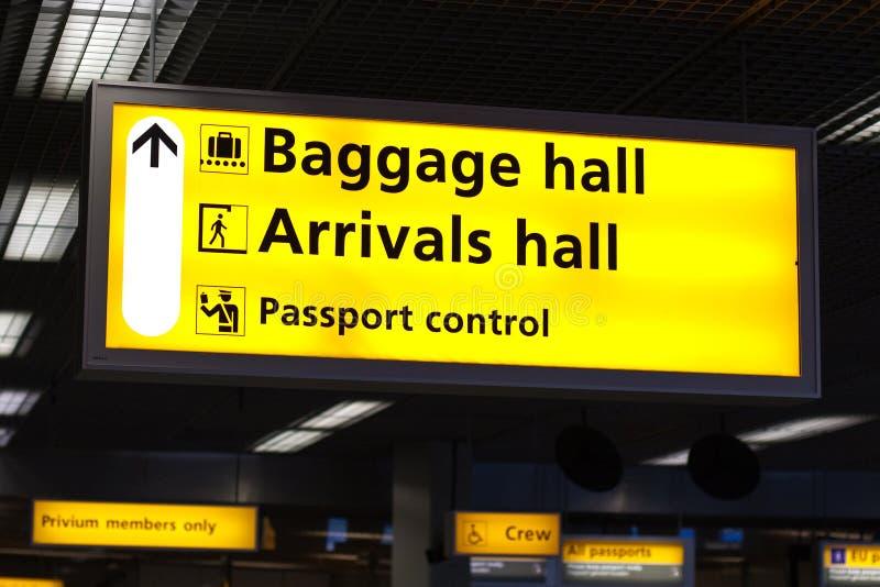 Informationen kennzeichnen innen Flughafen lizenzfreie stockfotos