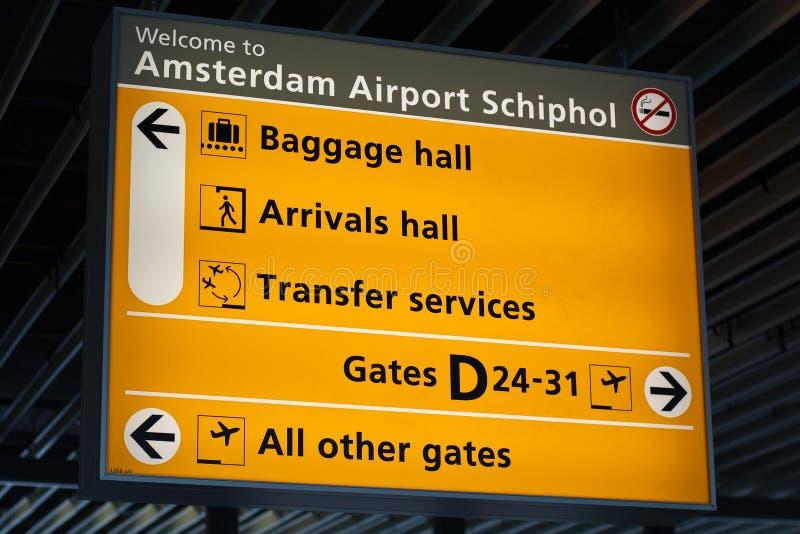 Informationen kennzeichnen innen Schiphol-Flughafen lizenzfreies stockbild