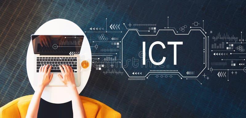 Informationen und Kommunikationstechnik mit der Person, die einen Laptop verwendet lizenzfreie abbildung