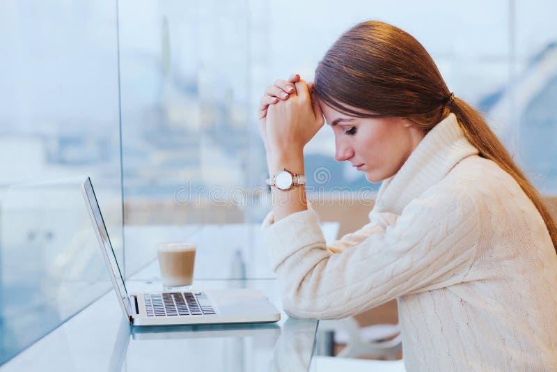 Informationsüberflutung, Druckkonzept, traurige hoffnungslose Frau mit Computer lizenzfreie stockfotos