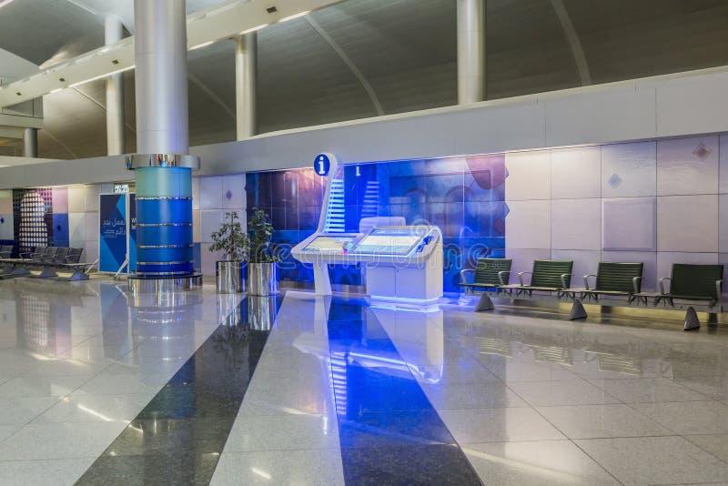 Informationsbüro in Dubai International-Flughafen, UAE Es ist Weltgrößtes Gebäude durch Bodenfläche und Weltlar lizenzfreie stockfotos