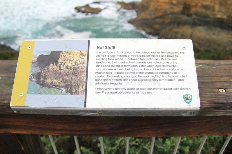 Informationsbräde av den anmärkningsvärda grottaplatsen arkivfoton