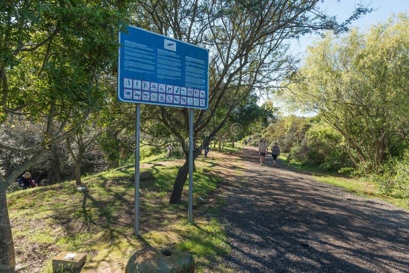 Informationsbräde på den Vinks arboretumen i den Majik skogen i Durbanvi arkivfoton