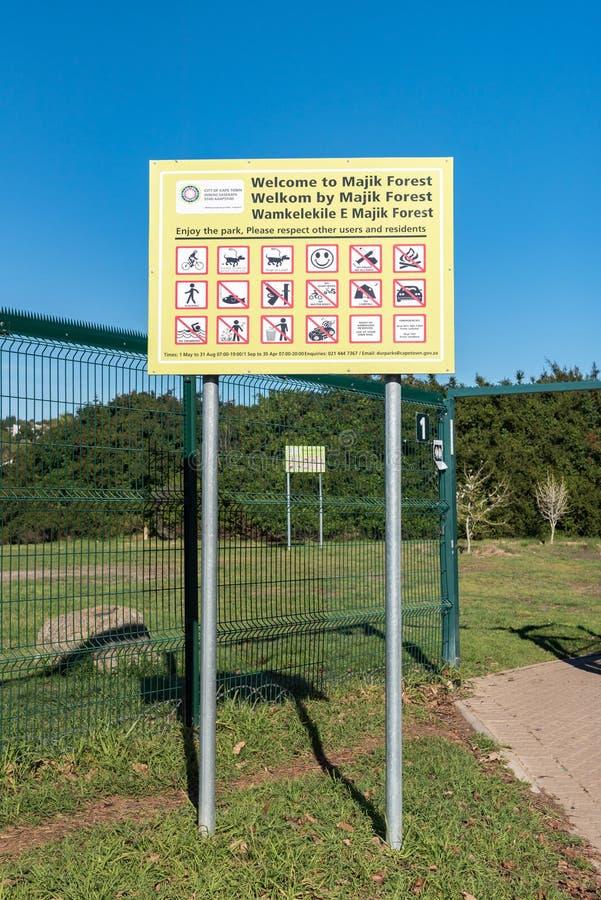 Informationsbräde på ingången till den Majik skogen i Durbanville royaltyfri bild
