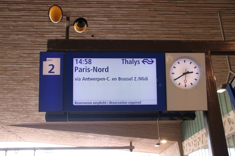 Informationsbrädet om avvikelsen av thalysna utbildar på den Rotterdam centralstationen till Antwerp, Bryssel och Paris royaltyfria foton