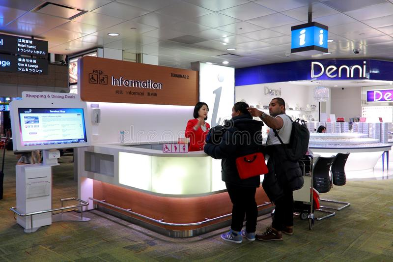 Informationsdisk på den Changi flygplatsen Singapore arkivbild