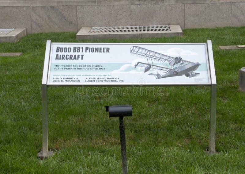 Informationsplakette, Pionier-Flugzeug Budd BB-1 vor Franklin Institute, Philadelphia, Pennsylvania stockfotos