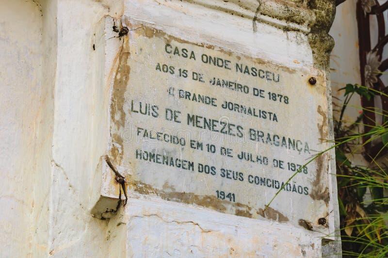 Informationsplatta av den gamla koloniala villan i Indien arkivfoton