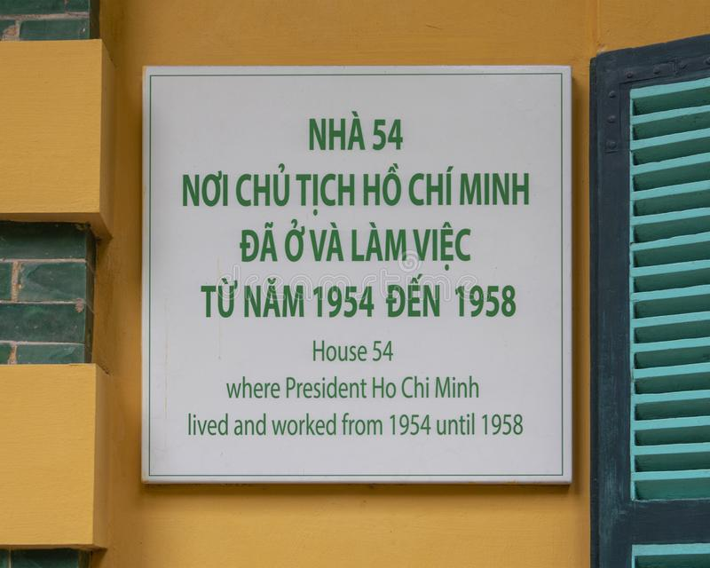 Informationsplatta för hus 54 var presidenten Ho Chi Minh bodde och arbetade från 1954 till 1958 arkivbild
