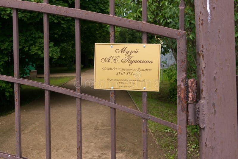 Informationsplatta på ett metallraster på ingången till Pushkinen royaltyfri bild
