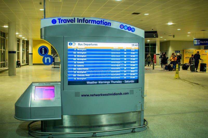 Informationsskärm om lopp på den Birmingham flygplatsen arkivfoto