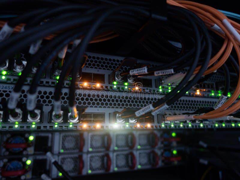 Informationstechnologie-Computernetzwerk Internetanschluss und Telekommunikation Kabel schließen oben lizenzfreies stockbild