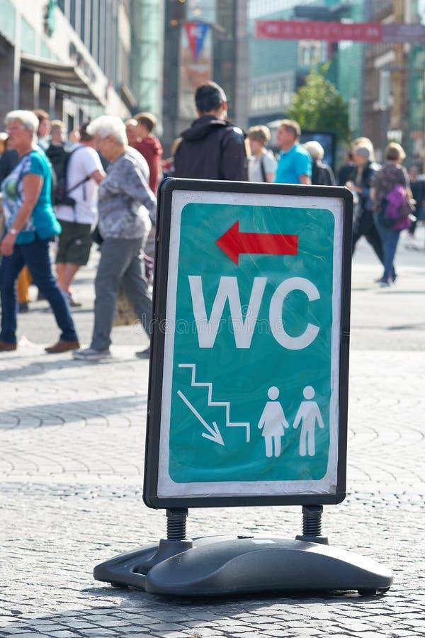Informationstecken för en offentlig toalett royaltyfria bilder