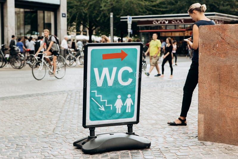 Informationstecken för en offentlig toalett royaltyfria foton