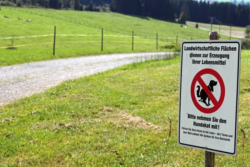 Informationstecken - ingen hundavf?ring p? jordbruks- land royaltyfri foto