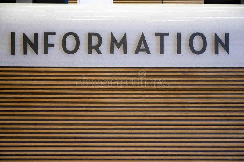 Informationstecken p? informationsskrivbordet om tr? och om sten royaltyfria foton